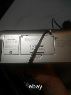 (1) L'horloge D'alarme De Conception Brookside Store D'occasion A Été Testée